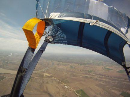 skoczek na spadochronie