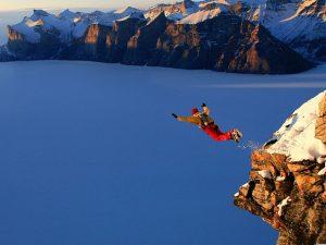 basejumper skaczący z klifu