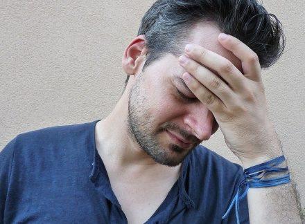 mężczyzna z bólem głowy