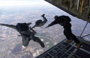 skoczkowie wyskakują z samolotu