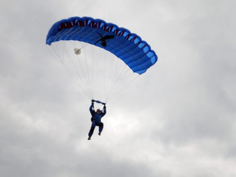 skoczek spadochronowy na czaszy