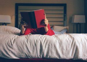 mężczyzna czyta w łóżku