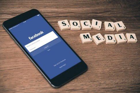 smartfon z facebookiem