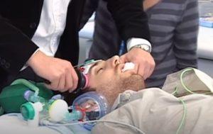 mężczyzna w znieczuleniu poddawany elektrowstrząsom