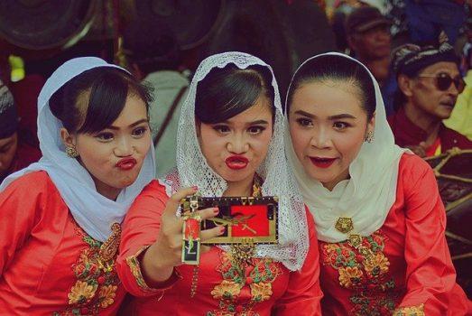 trzy kobiety robią selfie z dziubkami