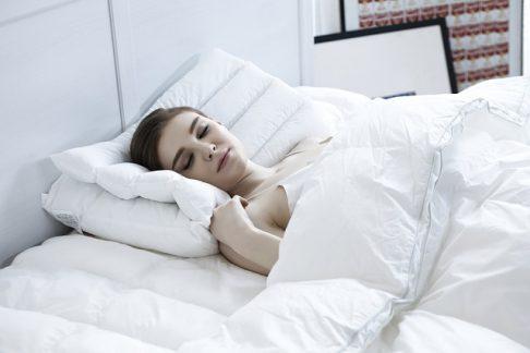 kobieta leży w łóżku